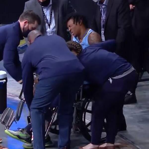 Memphis Grizzlies stjärna Ja Morant, 21, lämnade matchen mot Brooklyn i rullstol efter att ha skadat vänsterfoten.