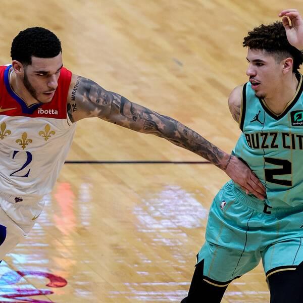 Storebror Lonzo Ball driver bollen mot lillebror LaMelo i historiska NBA-mötet.
