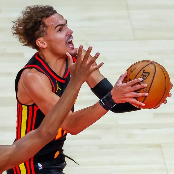 Atlanta Hawks guard Trae Young attackerar mot korgen.