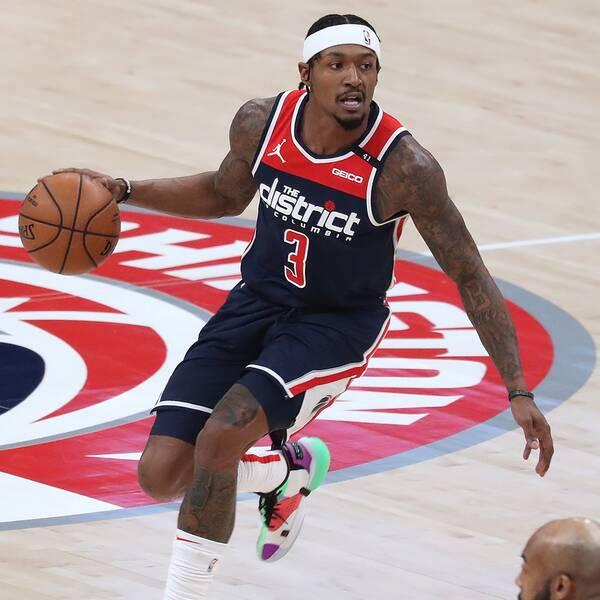 Washington Wizards guard Bradley Beal, med bollen, och Phoenix Suns forward Jae Crowder.