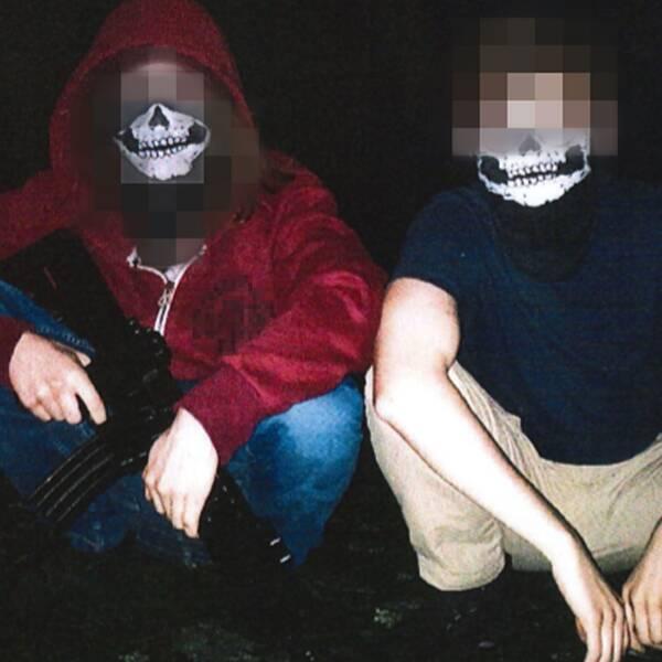 två män med mask för ansiktet och vapen i handen