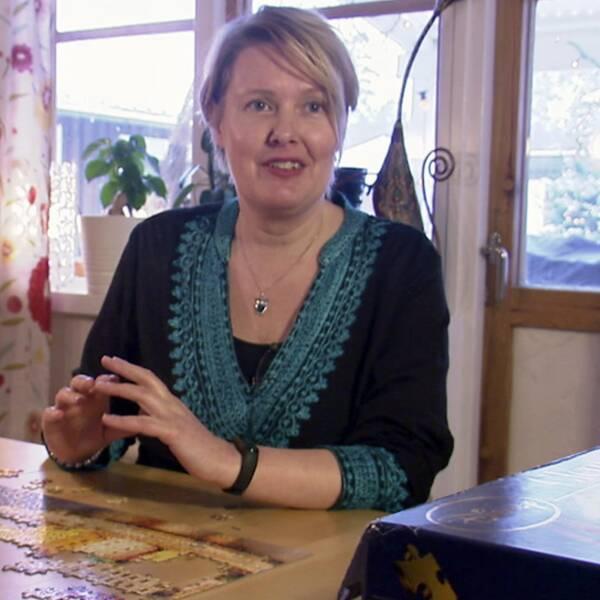 en kvinna vid bord med pussel, närbild på pusslet