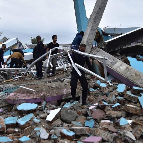 Den indonesiska ön Sulawesi har drabbats av en jordbävning. Bilden visar ett kollapsat sjukhus i staden Mamuju, där räddningsarbetare letar efter överlevare.