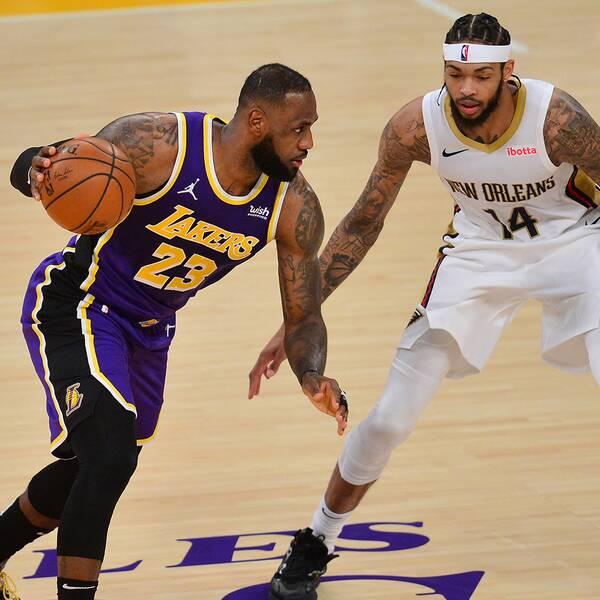 LeBron James, till vänster, i duell med New Orleans forward Brandon Ingram.