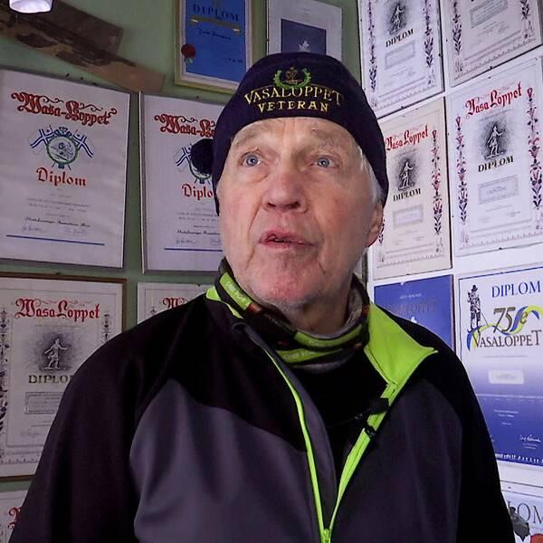 Starta klippet för att följa med Vasaloppsveteranen Lars Persson ut i spåret och hör honom berätta om den makalösa prestationen.