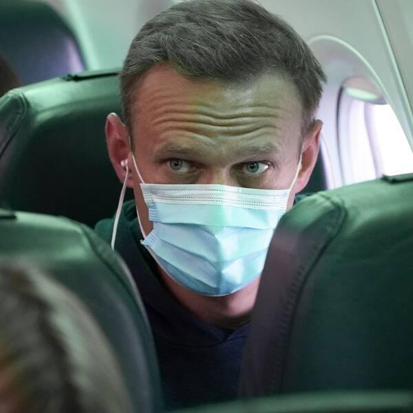 Aleksej Navalnyj på planet mellan Berlin och Moskva.