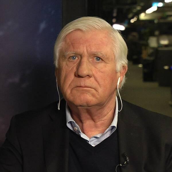 Man med svart kavaj och grått hår sitter på SVT:s nyhetsredaktion.