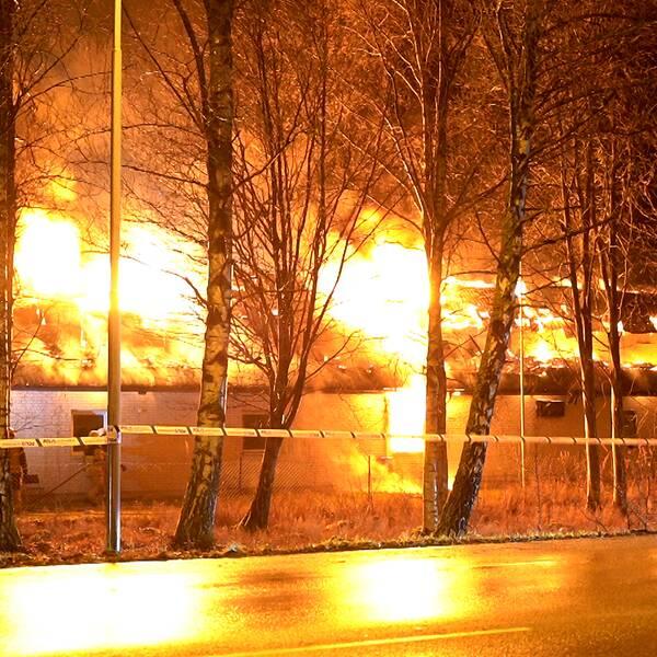 Ett stort hus som brinner.