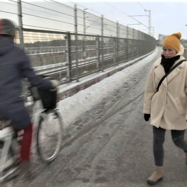 Cyklister och fotgängare trängs på den för smala Årstabron.