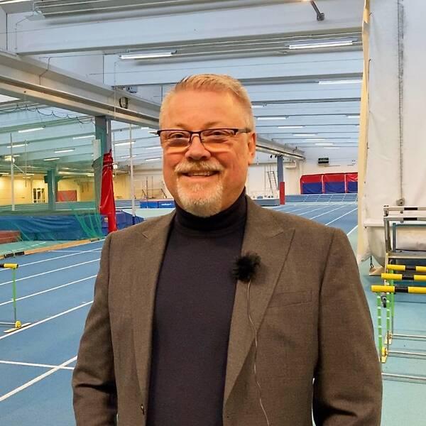 Jörgen Hedberg står vid 60-metersbanan på Munktellarenan. Han ser glad ut.