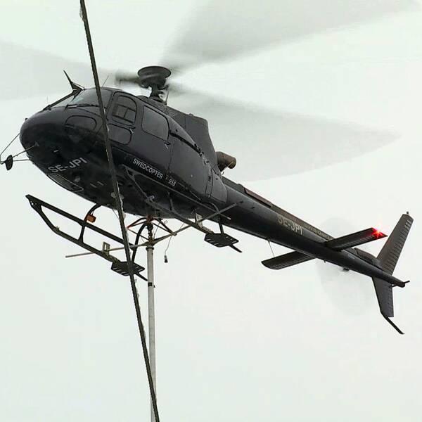 Helikopter hovrar över ledningar