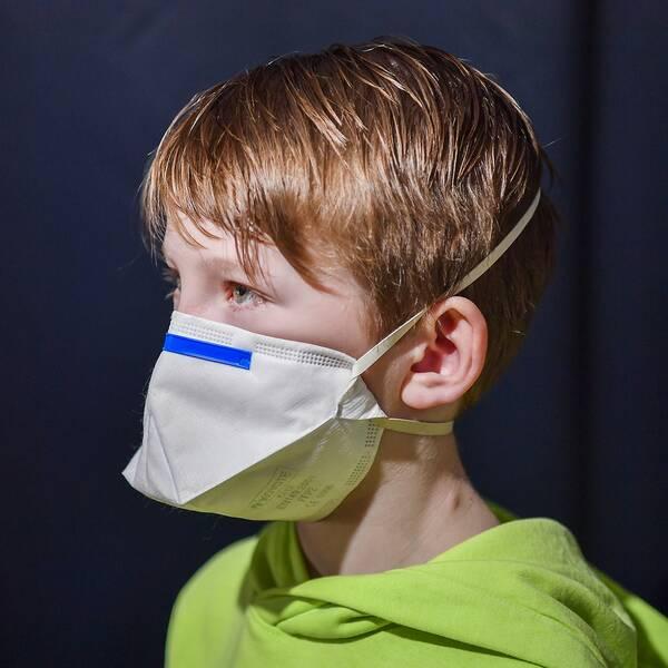 Pojke med munskydd.