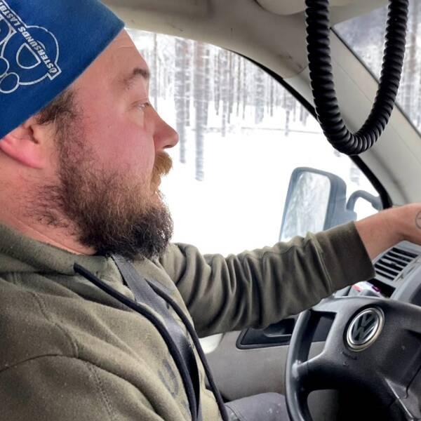 Göran Åkerlind i sin bil på riksväg 314