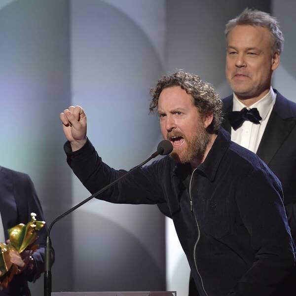"""Producenten Tomas Michaelsson, Uje Brandelius och Henrik Schyffert tar emot priset för bästa film för """"Spring Uje spring"""" under Guldbaggegalan 2021."""