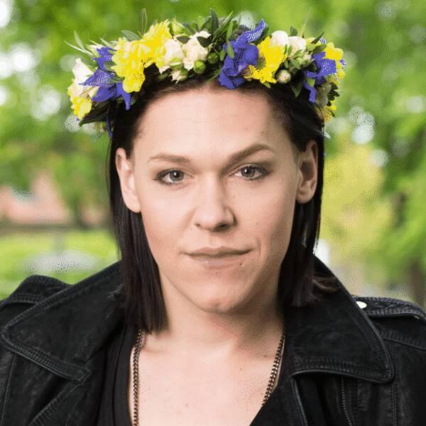 Saga Becker i blomsterkrans.