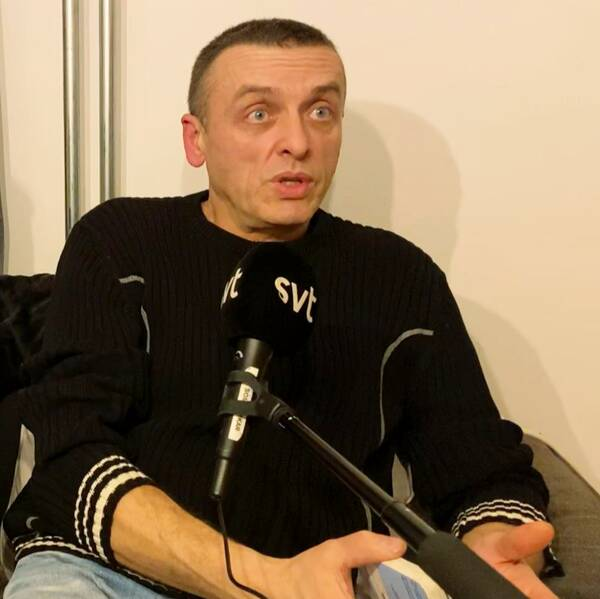 En kvinna, en man och ett litet barn sitter i en soffa i en lägenhet och blir intervjuade.