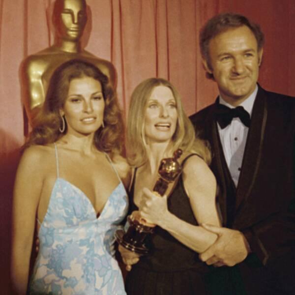 Cloris Leachman (mitten), tillsammans med  Raquel Welch och Gene Hackman, när hon van en Oscar 1971. T.h Leachman på en porträttbild från 2010.