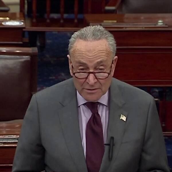 T.v demokratledaren Chuck Schumer när han förklarar varför han tycker att det är viktigt att riksrättsprocessen fortsätter. T.h Donald Trump när han anlände till Florida under sin sista dag som president.