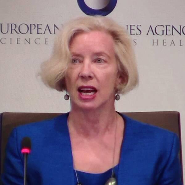 Asta Zenecas logga/ Emer Cooke, chef över europeiska läkemedelsmyndigheten EMA.