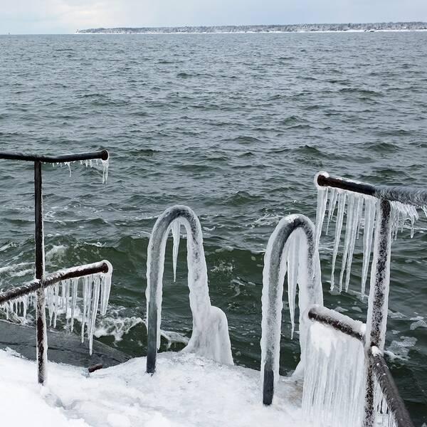 När vattenstänk fryser på kalla föremål kan det snabbt bildas ett tjockt tungt islager.