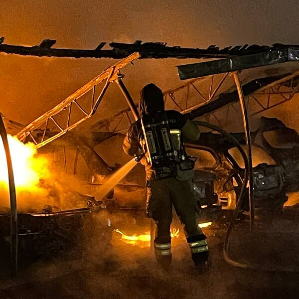 Räddningstjänsten arbetar med att släcka bilar som står i lågor i Persborg i Malmö under söndagskvällen.