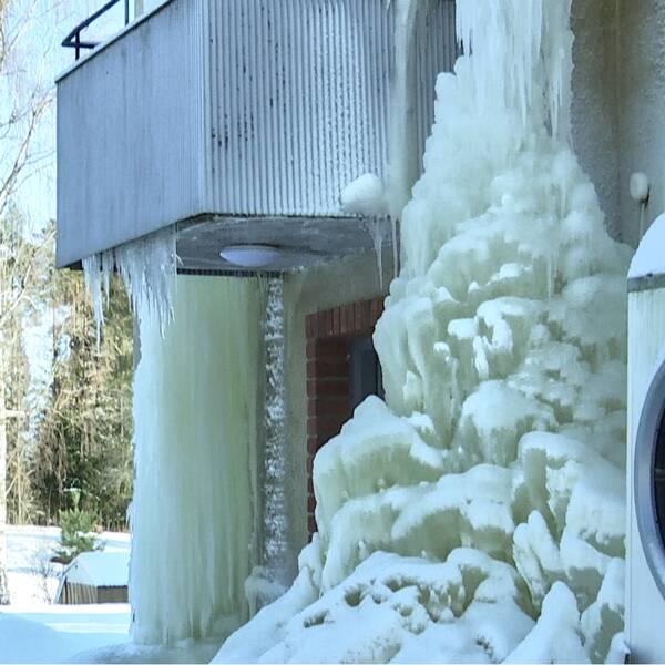 Stora ismassor på husfasaden till ett av hyreshusen i Blötberget.