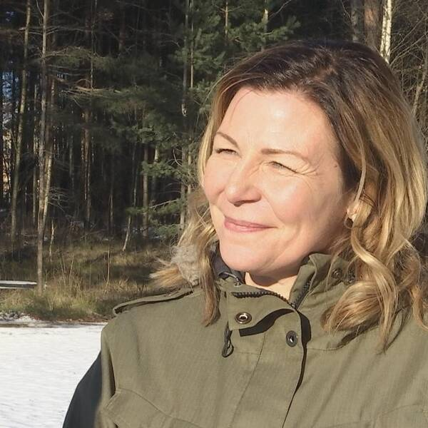 Sandra Sundbäck i skogsmiljö.