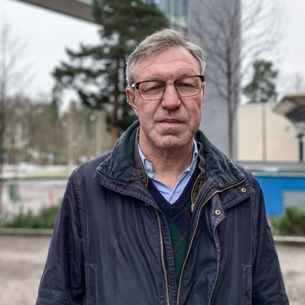 Närbild på Anders Lindblom smittskyddsläkare utomhus.