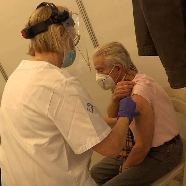 Sven Gustafsson från Hammarö var först ut att få vaccin i Karlstad när Fas-2 inleddes idag.