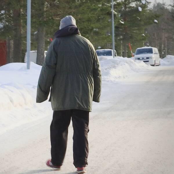 Mattias, intagen på Gruvberget, går genom byn.