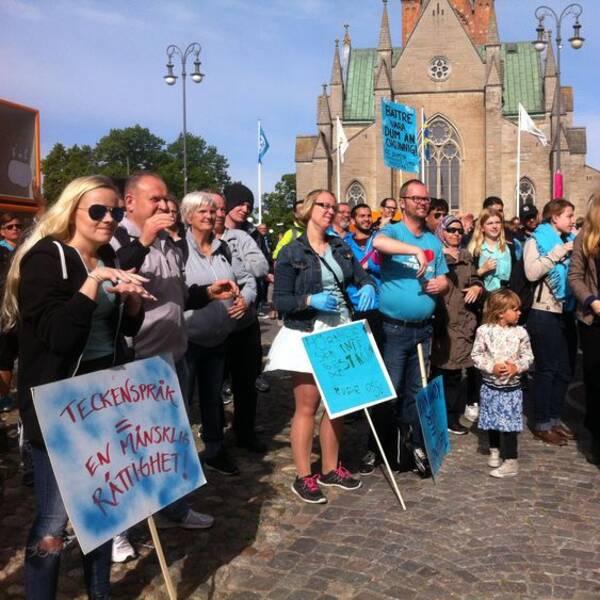 Döva protesterar utanför Rådhuset i Örebro