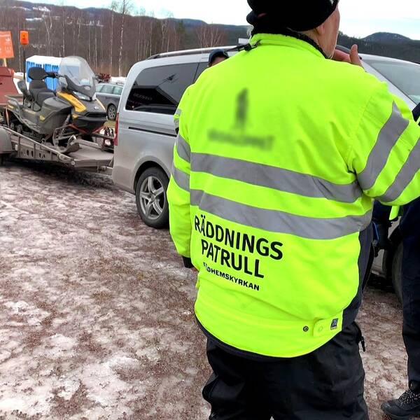 Två män från Vasaåkets räddningspatrull står på en parkering.