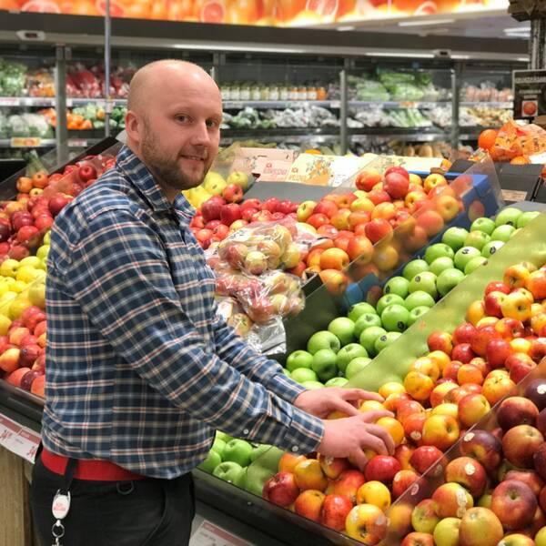 Jonas Persson framför fruktdisk med äpplen