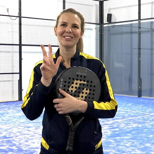 Padelspelaren Emmie Ekdahl håller upp tre fingrar