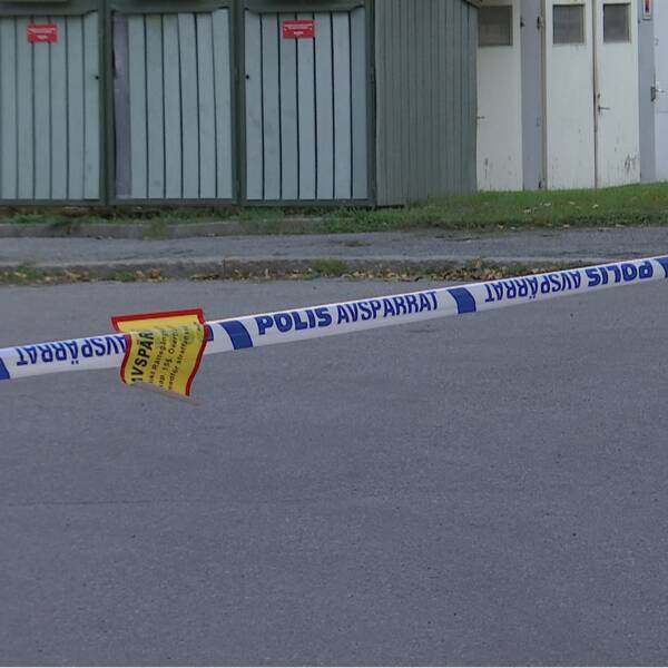 En polisavspärrning i ett bostadsområde.