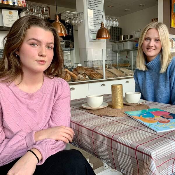 Till vänster en närbild på en målarbok, på höger sida av bildblocket en mörkhårig ung tjej och en ljushårig ung tjej vid ett cafébord.