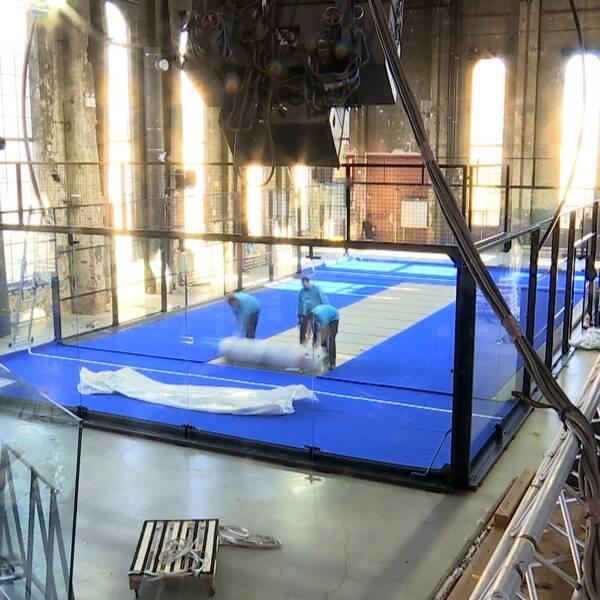 Den blå mattan rullas ut i padelbanan i Värmekyrkan i Norrköping