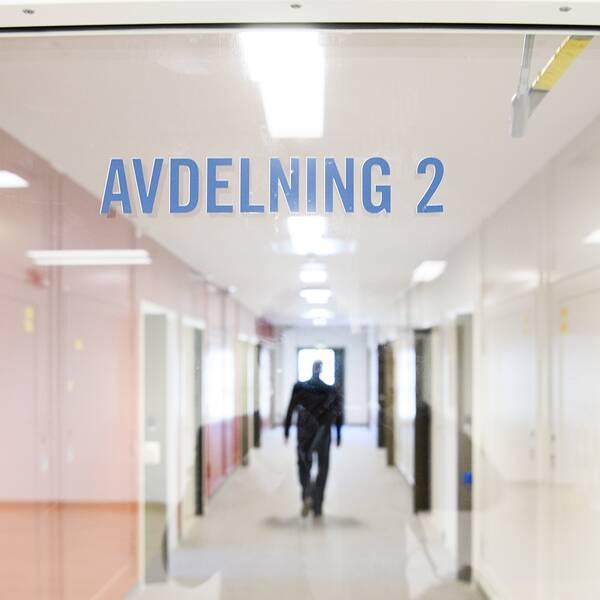 Bild på fängelsekorridor.