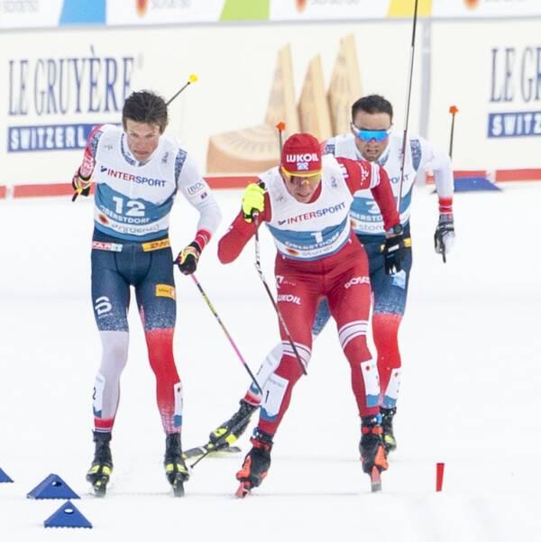 Johannes Hösflot Kläbo, till vänster, var först i mål. Här i kamp med Alexander Bolsjunov som fick staven knäckt på upploppet. Loppets vinnare blev Emil Iversen längst bak i bild.