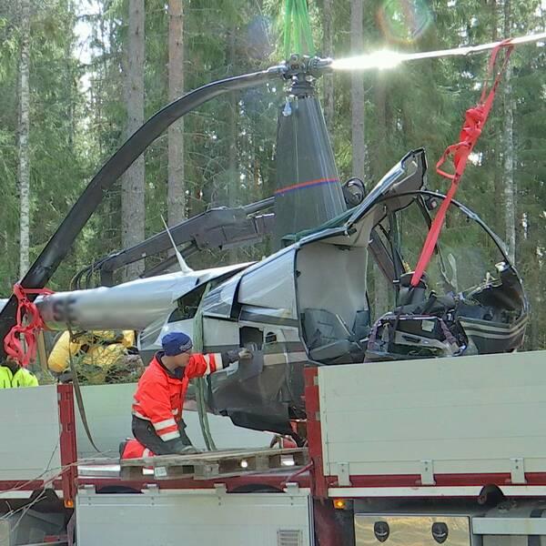 Trasig helikopter bärgas från olycksplatsen utanför Leksand