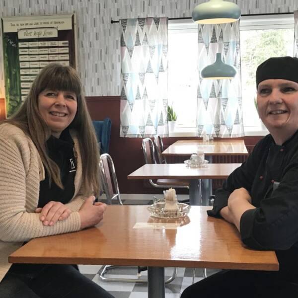 Mette Adolfsson och Britt Klingberg sitter vid ett bord på ett 50-talscafé i Häradsbäck.