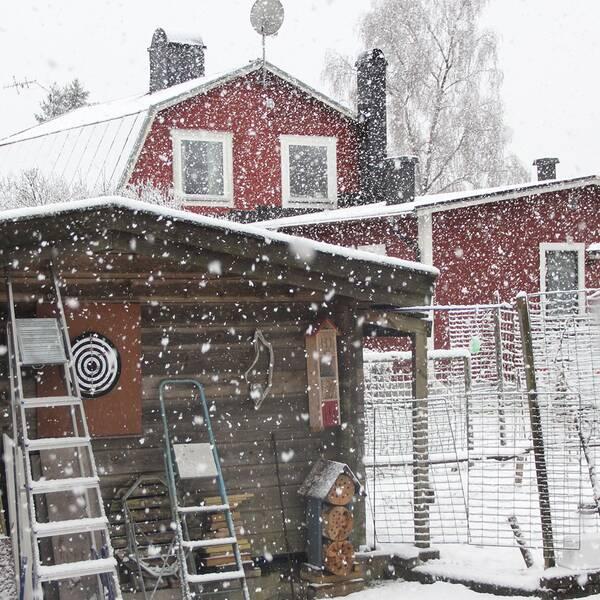 Överraskades av att vakna till en vit morgon efter några snöfria veckor. Det snöade rätt intensivt hemmavid i Åby 08:50 högt upp på Kolmårdskanten , norr om Norrköping.