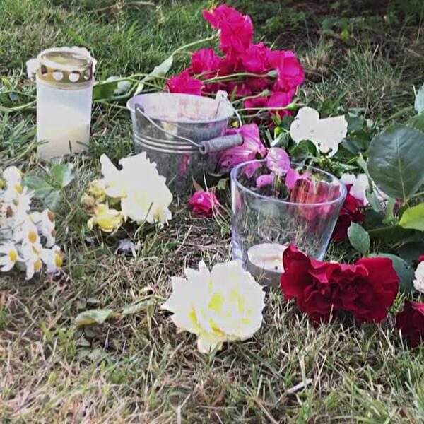 Bilden är ett collage. Den vänstra bilden visar en grön gräsmatta där det står gravljus och andra ljuslyktor. Blommer är utlagda runt ljuslyktorna. Den högra bilden är en närbild på en mobilskärm där endast tre appar syns.
