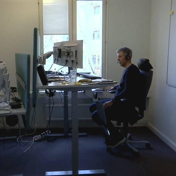 två personer mittemot varann framför datorer i kontorslandskap