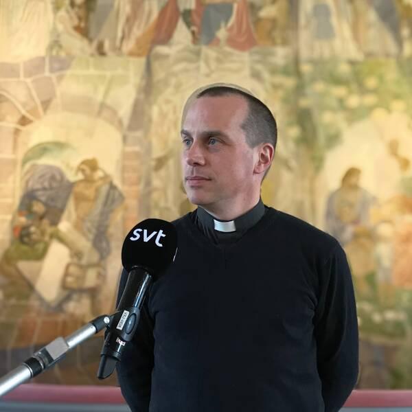 Porträtt av prästen Karl-Wallerstein framme vid altaret.