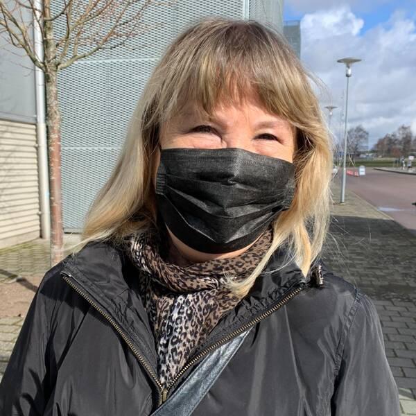 Kaj och Anna-Grethe Sörensen samt Ulla-Maj Karlsson utanför Halmstad arena.