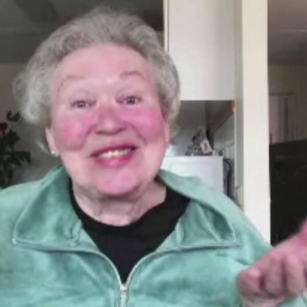 bild ur videochatt på leende äldre kvinna, samt en ung leende man som intevjuas utomhus längs vintrig gata