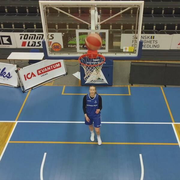Matilda Ekh under basketkorgen
