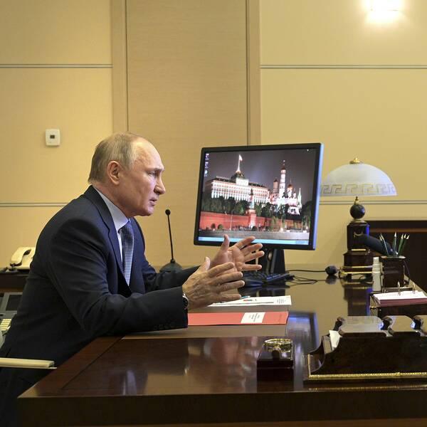 """""""Putin själv har ju sagt att de de ryska vaccinen är bäst i världen"""", säger SVT:s utrikesreporter Carl Fridh Kleberg. På bilden syns president Vladimir Putin delta i ett säkerhetsmöte från sitt residens utanför Moskva."""