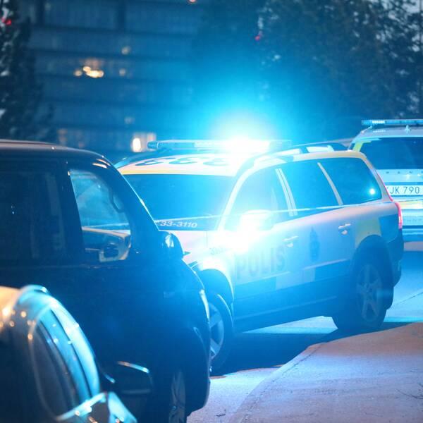 Polisinsatsen i Kista efter skottlossningen. Ett stort område spärrades av under natten mot söndagen.